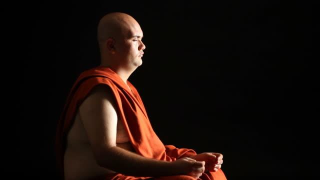 buddhist monk praying - selimaksan stock videos & royalty-free footage