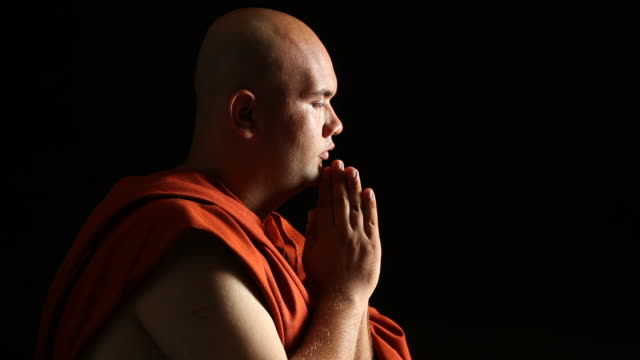stockvideo's en b-roll-footage met buddhist monk praying - buddhism