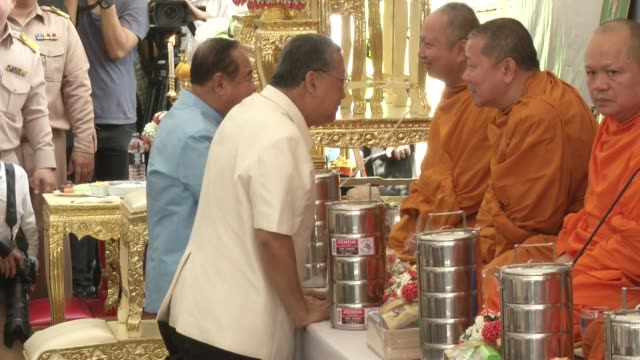 buddhist monks and bangkok governor mr. sukhumbhand paribatra attend a multi-faith religious ceremony near the erawan shrine after four days after a... - エラワン聖堂点の映像素材/bロール