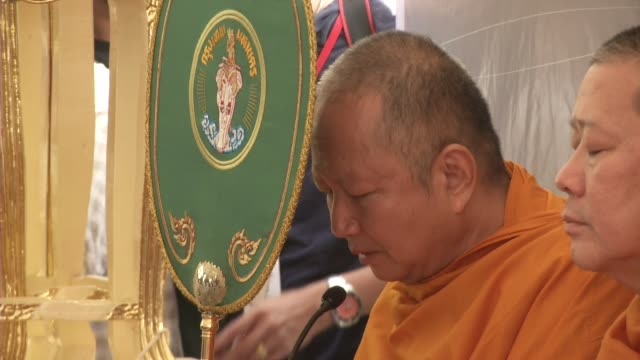 buddhist monks and people attend a multi-faith religious ceremony near the erawan shrine after four days after a bomb exploded close to the shrine in... - エラワン聖堂点の映像素材/bロール