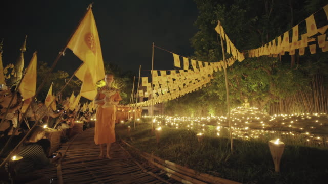 stockvideo's en b-roll-footage met boeddhistische monniken op wat pan tao in chiang mai, thailand - ceremonie
