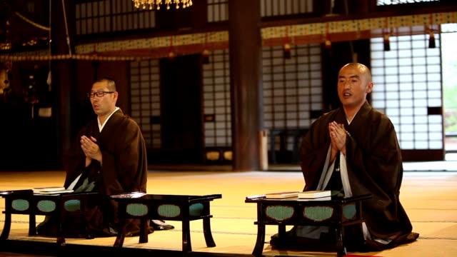 彼の朝の祈りの中に仏教の僧侶 - 僧点の映像素材/bロール