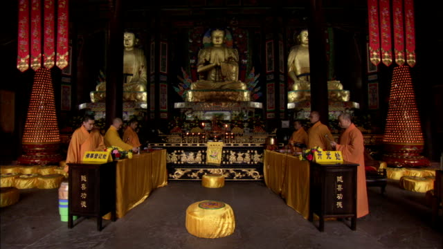vídeos de stock e filmes b-roll de buddhist monks perform a musical ritual in a temple. available in hd. - buda
