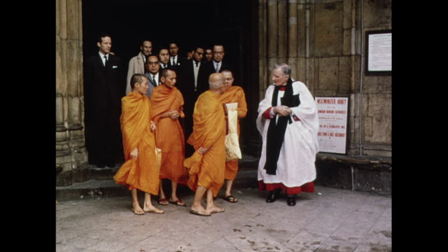 vidéos et rushes de buddhist monks visit westminster abbey in london / united kingdom - parlement britannique
