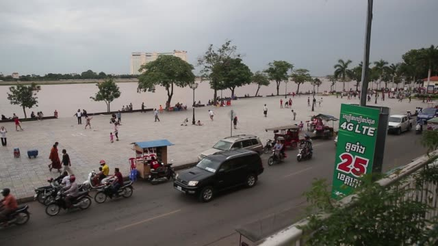 stockvideo's en b-roll-footage met buddhist monks walk past a the entrance to the royal palace in phnom penh cambodia on wednesday sept 14 traffic drive past the entrance to the royal... - ellips