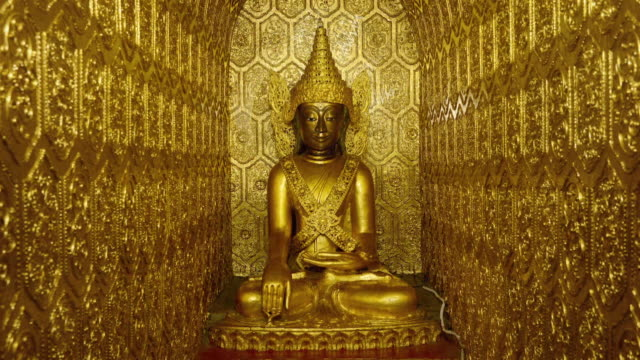 vídeos de stock e filmes b-roll de buddhist statue covered in gold - buda