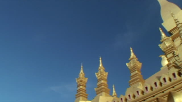 ms la pan buddhist temple against sky / vientiane, laos - kirchturmspitze stock-videos und b-roll-filmmaterial