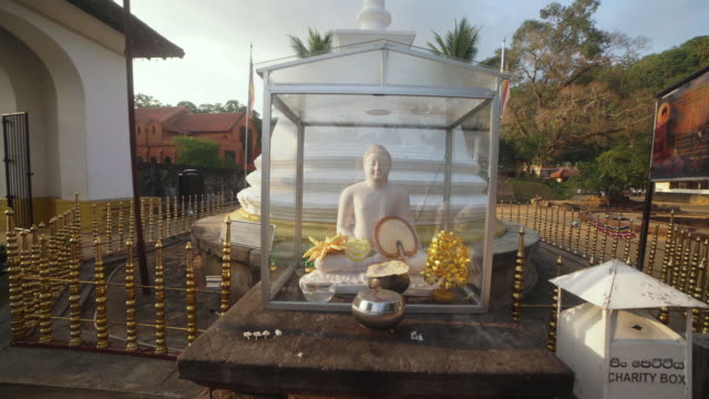 vidéos et rushes de buddhist temple of tooth relic at kandy, sri lanka. steadicam shot - culture sri lankaise