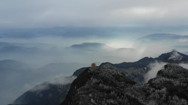 vidéos et rushes de buddhist temple on mount emei, chengdu, china - cliff