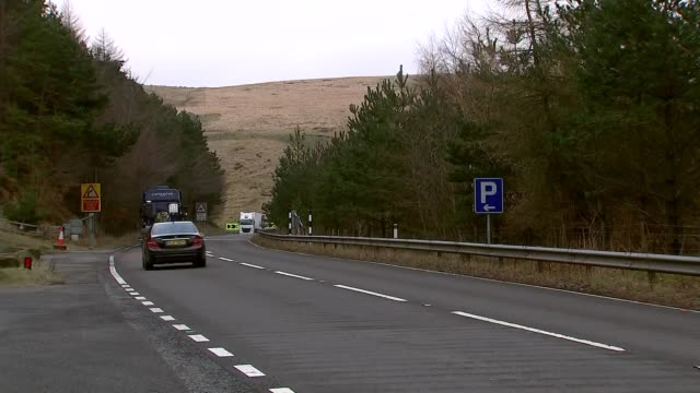 vídeos de stock e filmes b-roll de funding for major transport projects: traffic along transpennine routes; england: ext various of traffic along on busy roads throug towns and across... - major road