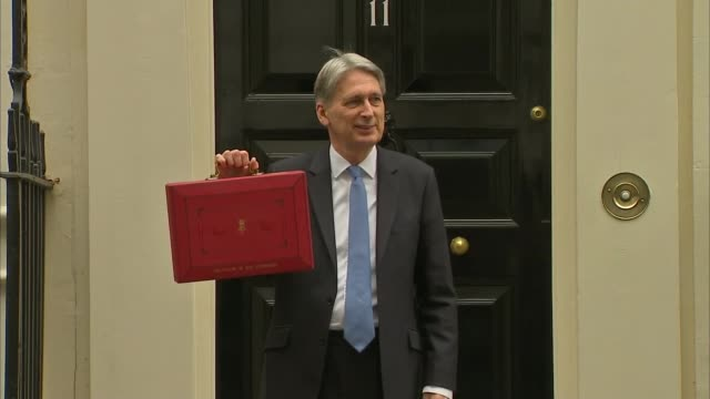photography *** chancellor of the exchequer philip hammond mp posing outside number 11 with red budget box - フィリップ ハモンド点の映像素材/bロール