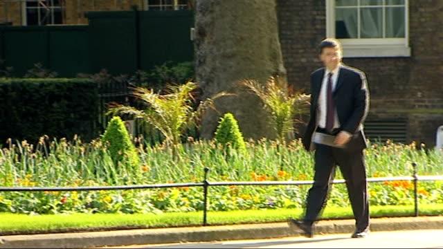 cabinet arrivals; england: london: downing street: ext john hutton mp arrives / geoff hoon mp arrives / douglas alexander mp arrives / shaun woodward... - ダグラス アレキサンダー点の映像素材/bロール
