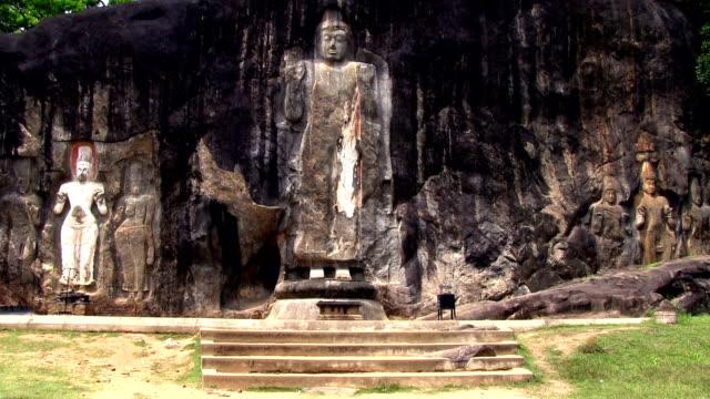 stockvideo's en b-roll-footage met buduruvagala buddhist temple sri lanka - sri lankaanse cultuur