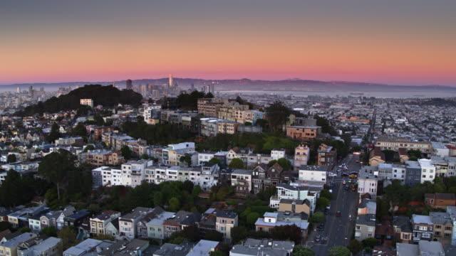 Buena Vista en Corona Heights, San Francisco tijdens kleurrijke zonsondergang - luchtfoto