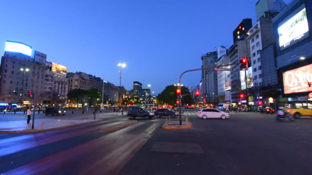vídeos de stock e filmes b-roll de buenos aires argentina 9 de julio avenue the widest street in the world with traffic at night twilight at corrientes street blurs of car lights - avenida 9 de julio
