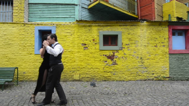 buenos aires argentina la boca tango dance with couple on street with colors worn walls with passion model released mr mr-1 man  and mr-2 woman - gelb stock-videos und b-roll-filmmaterial