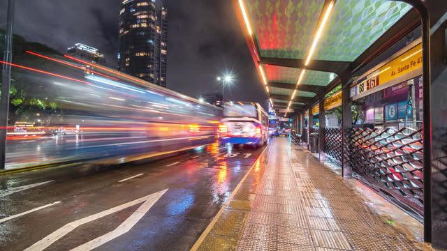 stockvideo's en b-roll-footage met buenos aires, argentinië: palermo, timelapse brt - bus rapid - avenida 9 de julio