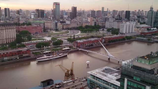 ブエノスアイレスの街並み夕暮れ時の空中写真、アルゼンチン - プエルトマデロ点の映像素材/bロール