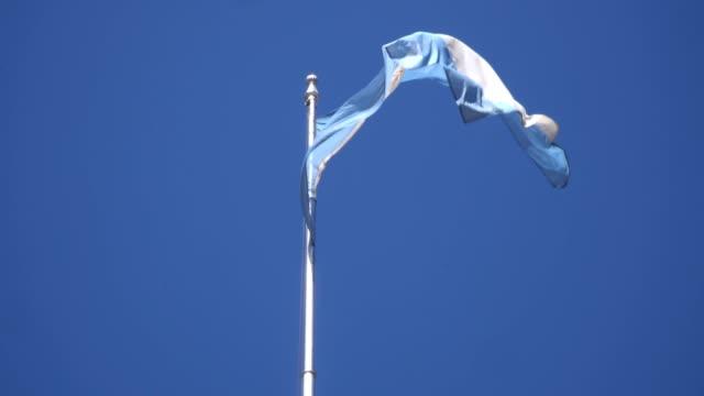 vídeos y material grabado en eventos de stock de buenos aires- plaza del mayo, the flag of argentina in the wind - capitel