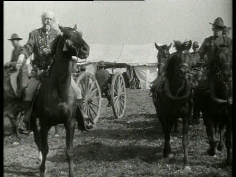 vidéos et rushes de buffalo bill cody on horseback / 1910's / no sound - wyoming