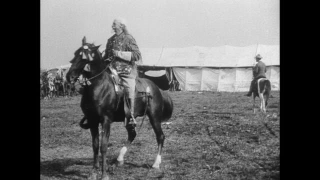 vídeos de stock e filmes b-roll de buffalo bill cody riding on horse / american indians perform war dance - dança da guerra