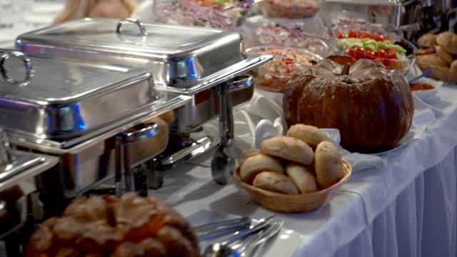 vidéos et rushes de buffet - déjeuner