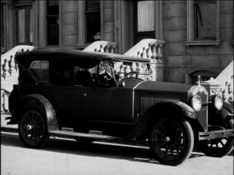 vídeos de stock e filmes b-roll de b/w 1924 buick car parked in front of house / industrial - general motors