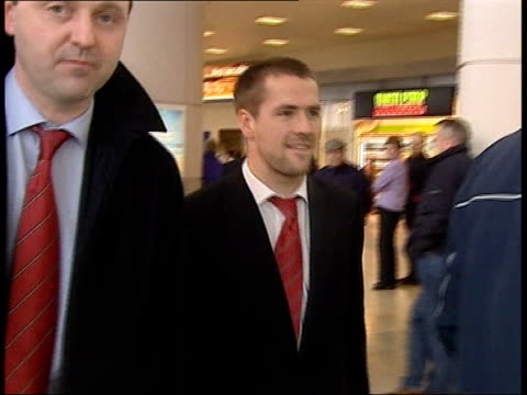 liverpool airport int liverpool football player michael owen along signs autograph - autogramm stock-videos und b-roll-filmmaterial