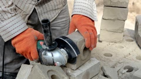vidéos et rushes de générateur de coupe une brique. - travailler
