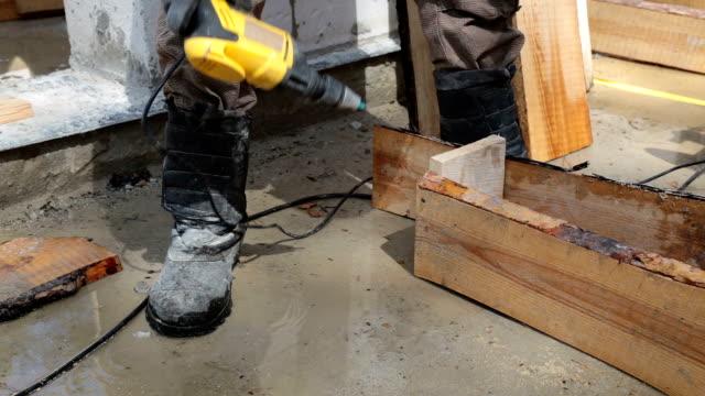 generator wird die hölzernen schalung montiert. - erektion stock-videos und b-roll-filmmaterial