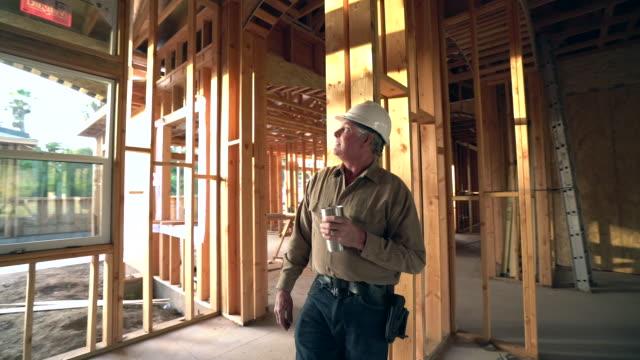 ms ts builder taking a coffee break - arbeiter stock-videos und b-roll-filmmaterial