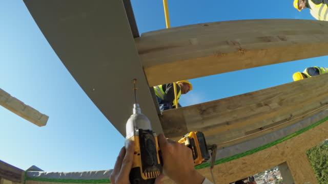 stockvideo's en b-roll-footage met pov builder aanspannen van een schroef in de ondersteunende straal - schroef