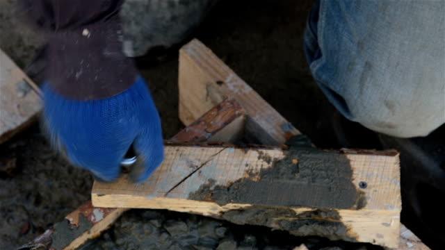 ビルダーは、板からネジを抜き取ります。 - 手足点の映像素材/bロール