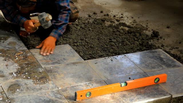builders tun fliesenboden. - kachel stock-videos und b-roll-filmmaterial