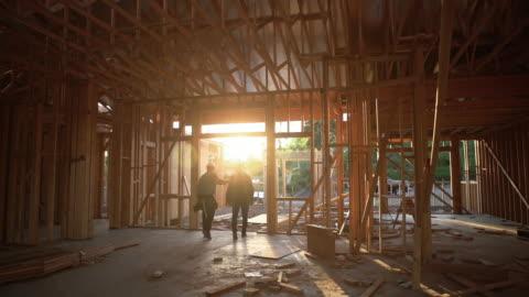 ws builders going home after a hard days work - motljus bildbanksvideor och videomaterial från bakom kulisserna