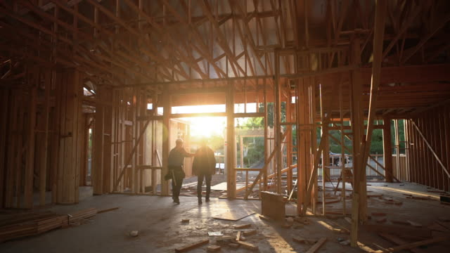 stockvideo's en b-roll-footage met ws builders going home after a hard days work - back lit