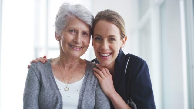 vídeos de stock e filmes b-roll de building a positive bond between patient and practitioner - lar de idosos