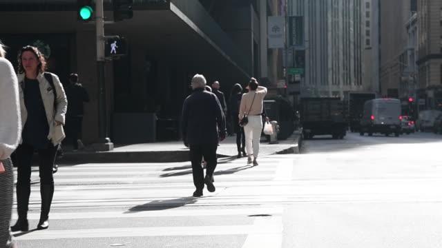 vídeos de stock, filmes e b-roll de building and city life in san francisco financial district in san francisco, california, u.s. on monday, november 11, 2019. - mala de rodinhas
