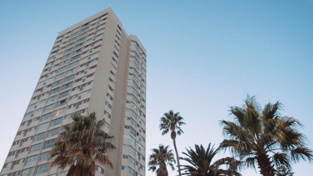 edificio e palmtrees - piscina pubblica all'aperto video stock e b–roll