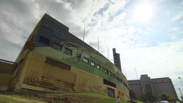 vídeos y material grabado en eventos de stock de ws la building and sky / montevideo uruguay - montevideo