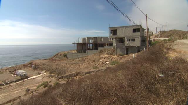 vídeos y material grabado en eventos de stock de building construction on the coast / baja, mexico - formato buzón
