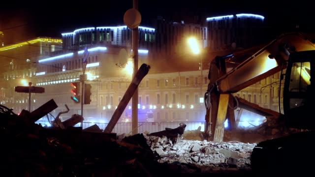 demolizione di edificio notturno - pala meccanica video stock e b–roll