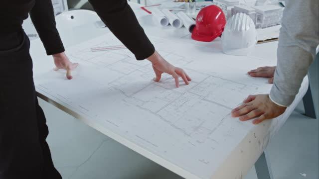 vídeos y material grabado en eventos de stock de ld edificio ingenieros de comunicación y ayudarse a disposición de los pisos - cianotipo plano