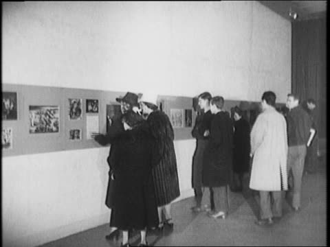 vídeos de stock, filmes e b-roll de building glass sign over door reads 'museum of modern art' / people viewing art / john h whitney and mayor fiorello laguardia stand by large jar with... - paramount building