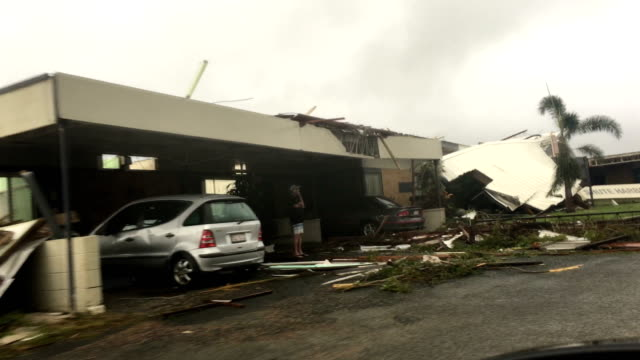 vídeos de stock e filmes b-roll de building heavily damage by strong wind of cyclone debbie as it hit northern australia - riscos
