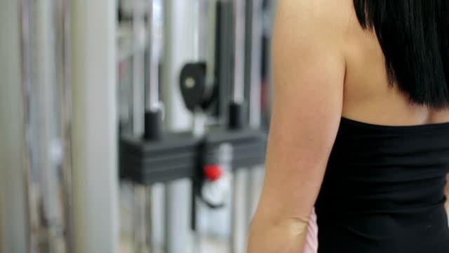 gebäude muskeln mädchen - menschlicher muskel stock-videos und b-roll-filmmaterial