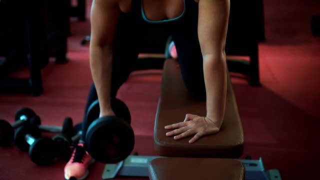 vídeos de stock, filmes e b-roll de construir músculos garota, câmera lenta - braço humano