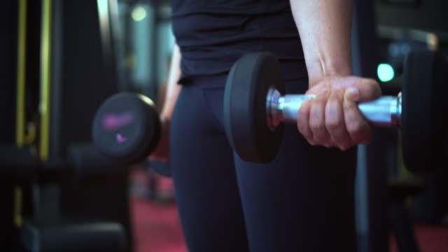 建物筋肉少女、スローモーション - ウェイトトレーニング用器具点の映像素材/bロール