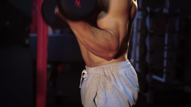 vídeos de stock, filmes e b-roll de homem de músculos do edifício - braço humano