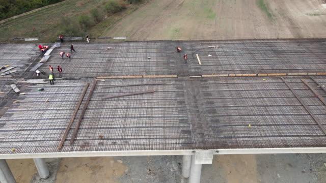 bau neuer autobahnen. luftaufnahme direkt über einer autobahnbaustelle, ansicht von oben, stadtbild. globales geschäft, bau, verkehr und industrie. - beton stock-videos und b-roll-filmmaterial
